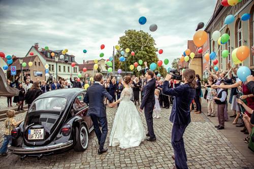 Hochzeitsfotograf Dresden - Hochzeit in Radebeul mit bunten Luftballons