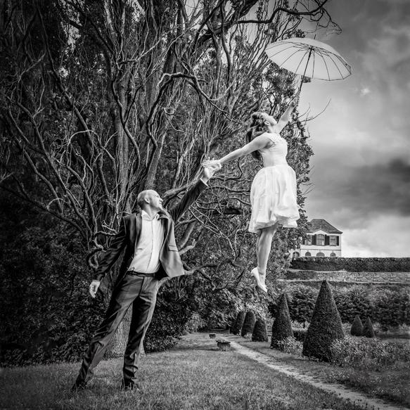 Hochzeitsfotograf Dresden - Eine Braut mit Schirm in der Hand, fliegt dem Bräutigam davon.