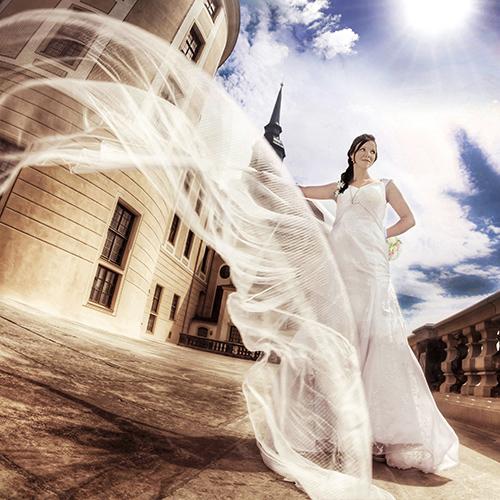 Hochzeitsfotograf dresden Eine Braut mit Schleier steht vor Schloß Moritzburg.