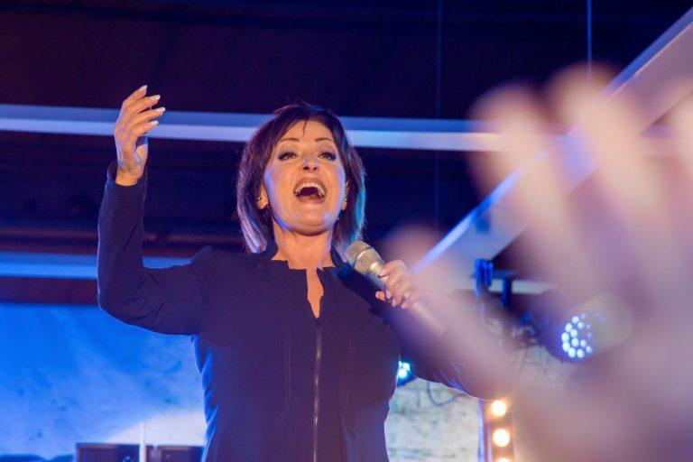 Fotografen Dresden mit einem Foto von Ute Freudenberg singend auf der Bühne im Elbepark.