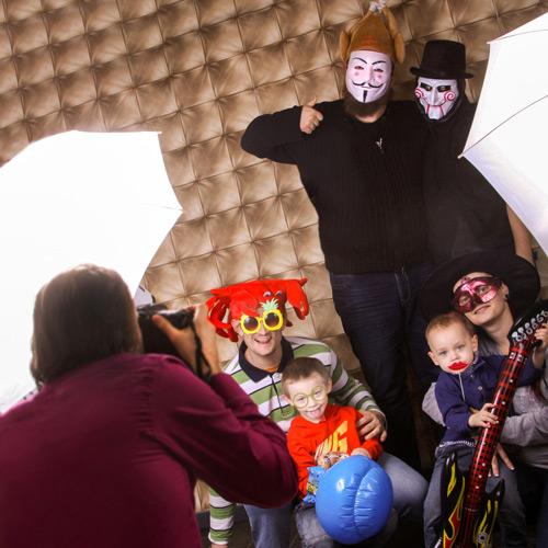 Hochzeitsfotograf Dresden - Die Gäste haben Spaß mit lustigen Kostümen