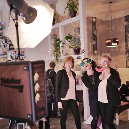 Hochzeitsfotograf Dresden- Gäste haben Spaß an der Fotobox