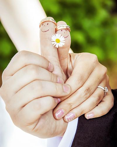 Hochzeitsfotograf Dresden Das kleinste Brautpaar der Welt -2 Daumen mit Gesicht und Blümchen