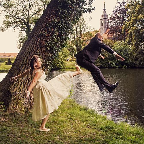 Hochzeitsfotograf Dresden - Eine freche Braut tritt ihren frischen Ehemann in den See.