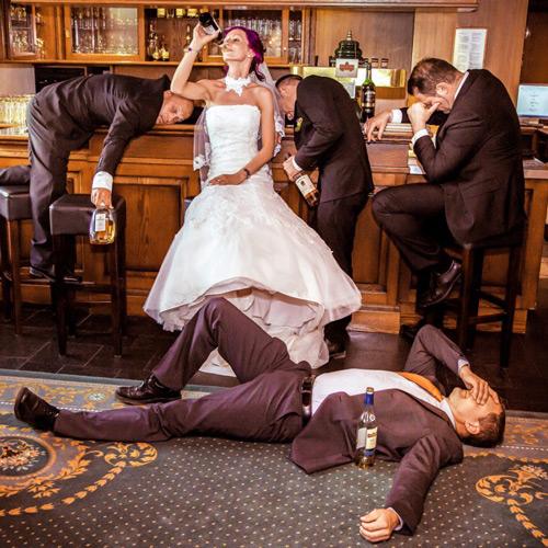 Hochzeitsfotograf Dresden - Eine Braut trinkt die Männer einer Hochzeitsfeier unter den Tisch.