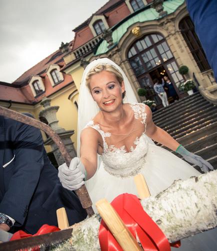 Hochzeitsfotografie Dresden - Die Braut sägt