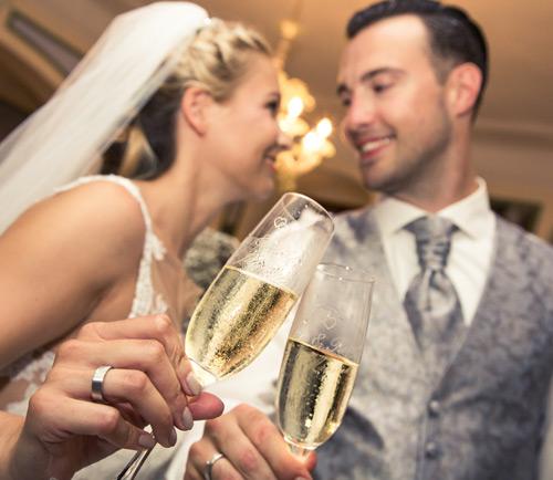 Hochzeitsfotograf Dresden - Ein Brautpaar stößt an