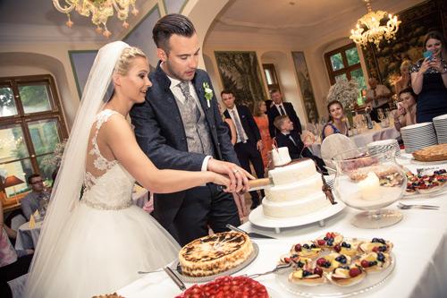Hochzeitsfotograf Dresden - Brautpaar beim Tortenanschnitt