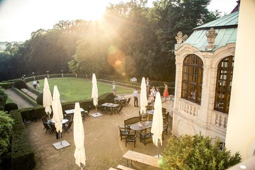 Hochzeitsfotograf Dresden - Foto vom Garten des Weingutes Proschwitz aus dem Fenster.