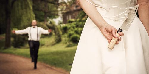 Hochzeitsfotograf Dresden - Ein freudestrahlender Bräutigam rennt auf seine Braut zu, doch sie hat ein Messer hinter dem Rücken.