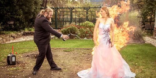 Hochzeitsfotograf Dresden - Eine Braut fängt Feuer, nach dem der Bräutigam sie in Flammen setzt.
